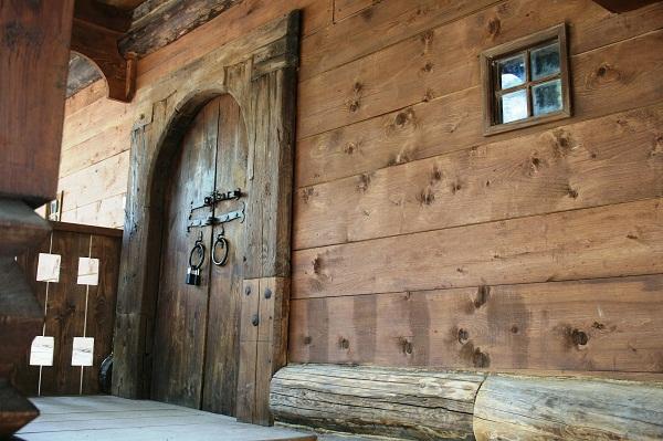 Drevodom s veľkými dverami