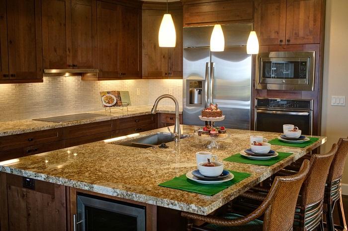 Kuchyna s ostrovcekom a barovými stoličkami